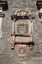 Wappen im Burghof der Burg Krottorf, Text hat wahrscheinlich kirchlichen Ursprung.