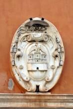 Sur le fronton de la cathédrale d'ajaccio