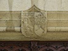 Blason situé en partie supérieure de la porte d'entrée de la Mairie - Prise de vue photographique du 01.08.2019 cadre contribution Geneawiki → https://fr.geneawiki.com/index.php/01007_-_Ambronay .